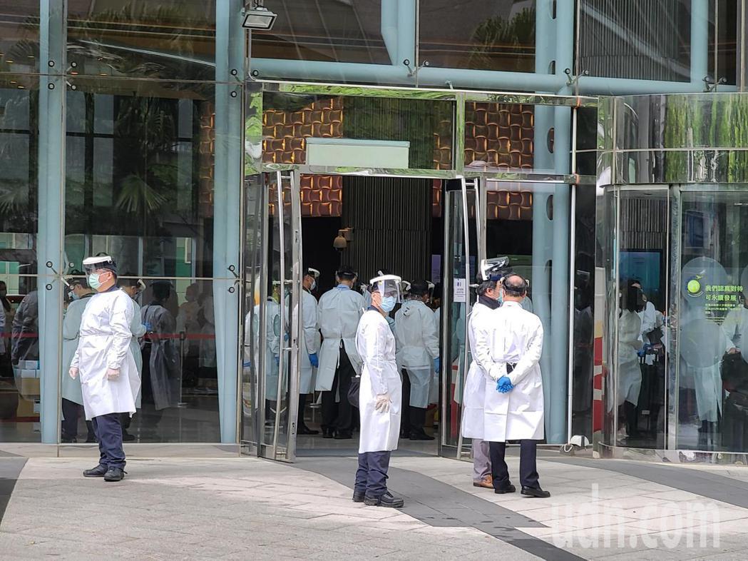 華航諾富特飯店上午被要求清空消毒,多輛遊覽車在門口等候。記者鄭超文/攝影