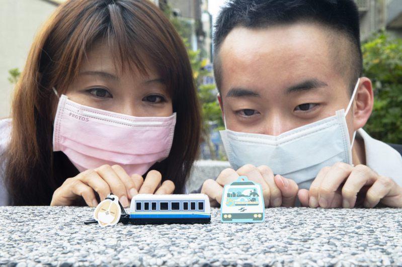 台北捷運25週年限量紀念商品3連發,此次推出造型聲光卡、裁型卡及POLO衫。圖/北捷提供