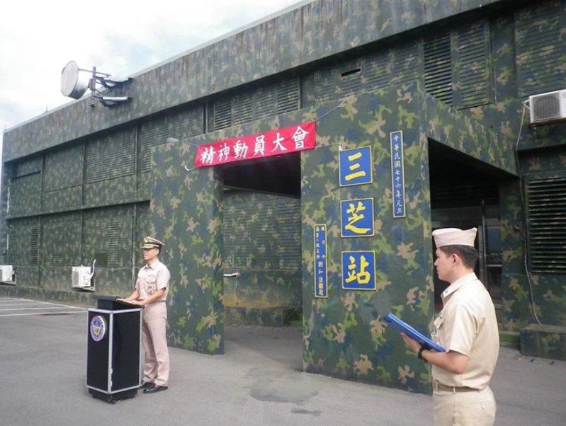 海軍雷達站人員在雷達本體附近操作裝備,同樣面臨敵軍飛彈攻擊的威脅。圖為三芝雷達站。圖/海軍司令部