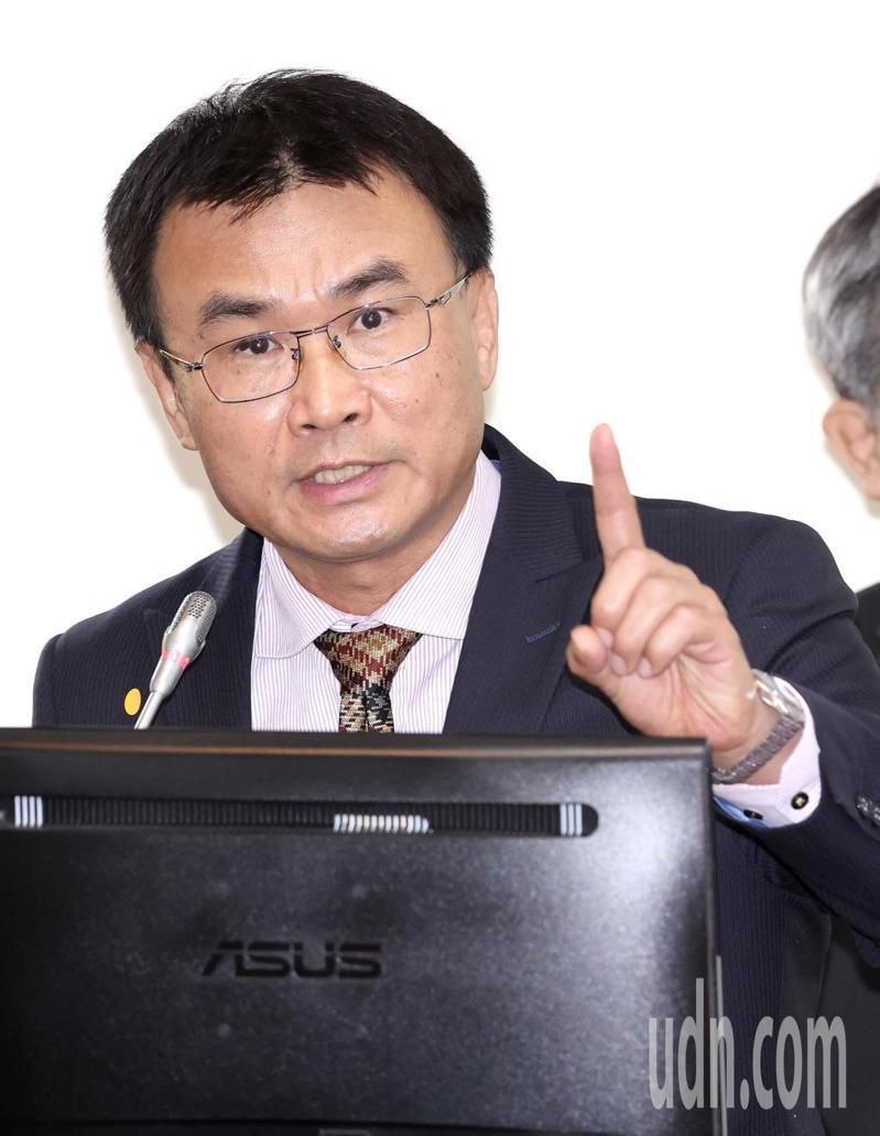 農委會主委陳吉仲出席立法院經委會前受訪,強調三接對於能源轉型非常重要。記者黃義書/攝影