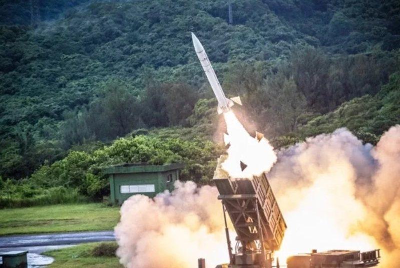 空軍司令部「寰展計畫」透過建構雷達系統連結,將地面的防空飛彈武器全數納入空軍飛彈指管系統,讓部隊在最佳時間點,發射防空飛彈擊毀來犯敵機。圖/國防部資料照