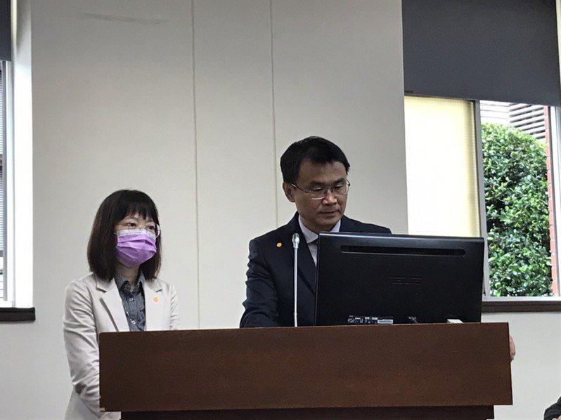 農委會主委陳吉仲(右)今天在立法院喊話,要珍愛藻礁公投領銜人潘忠政評估三接外推方案。記者吳姿賢/攝影