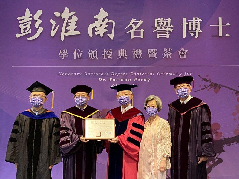 中央銀行前總裁彭淮南(中)獲頒清華大學名譽博士,夫人賴洋珠(右二)偕同出席典禮。記者陳怡慈/攝影