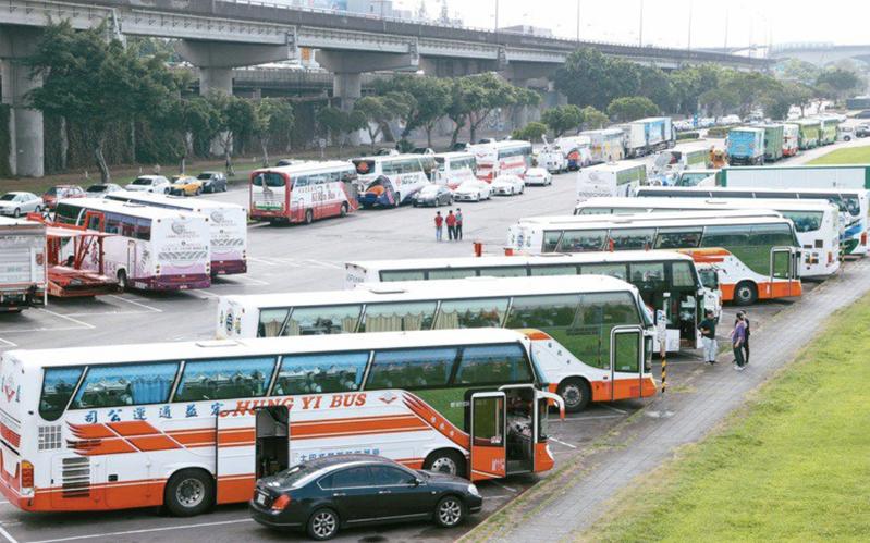 交通部表示,已研修「道路交通管理處罰條例」第31條,增訂4歲以上乘客搭乘大型車未繫安全帶處罰規定。圖/報系資料照