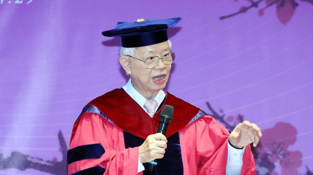 國立清華大學今天上午頒授中央銀行前總裁彭淮南名譽經濟學博士,表彰這位14A裁總對...