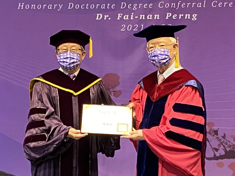 清華大學校長賀陳弘(左)頒贈名譽博士學位給中央銀行前總裁彭淮南(右)。記者陳怡慈/攝影
