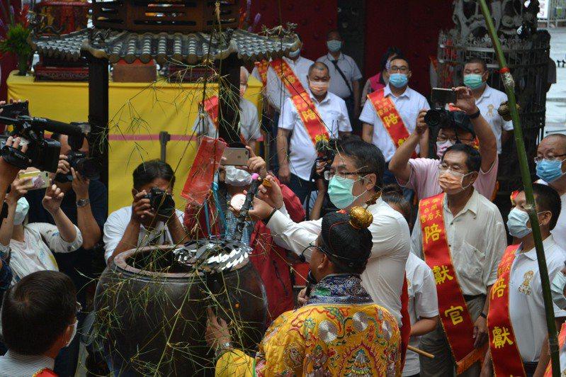台南市長黃偉哲今天參加祈雨大典,表示很多事情既要盡人事,但也要看天。記者鄭惠仁/攝影
