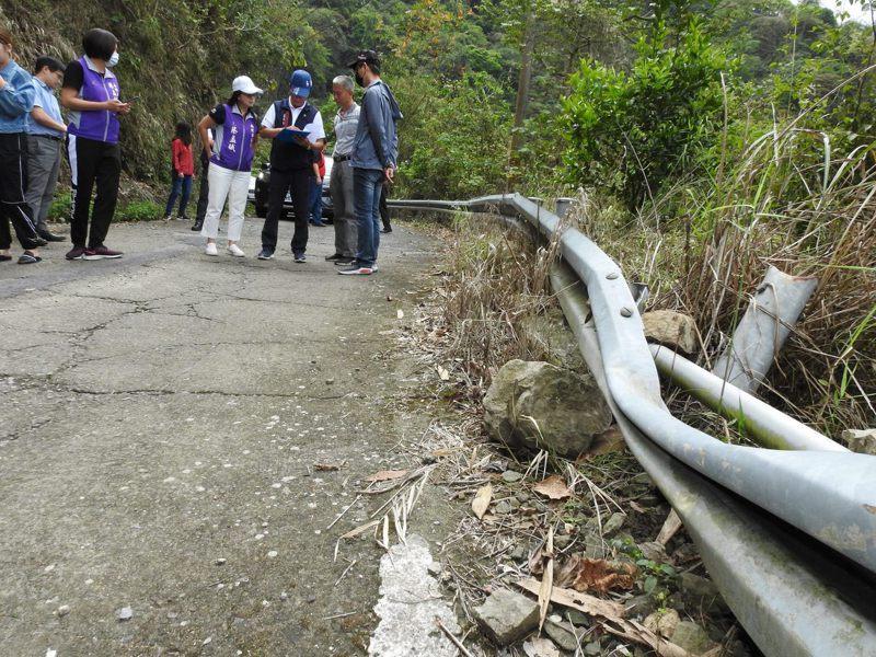 通往竹山大鞍、秀森的大片茶園筍林的農路,卻因路面沒有封層加上道路窄隘,雨後泥濘不勘林明溱前往會勘。圖/南投縣政府提供