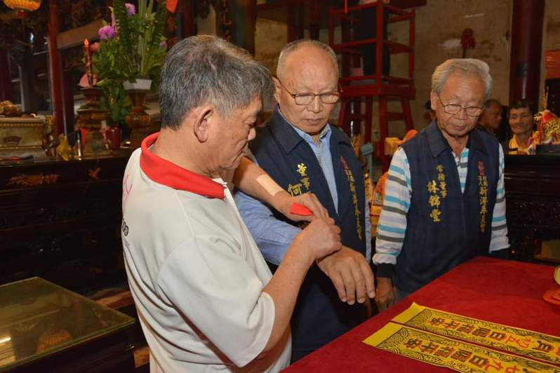 嘉義新港奉天宮下月10日,將舉辦為期6天7夜的遶境,今天上午10時由董事長何達煌(中)舉行貼香條儀式。圖/新港奉天宮提供