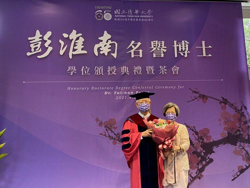 中央銀行前總裁彭淮南(左)獲頒名譽博士,夫人賴洋珠(右)親自到場獻花。記者陳怡慈/攝影