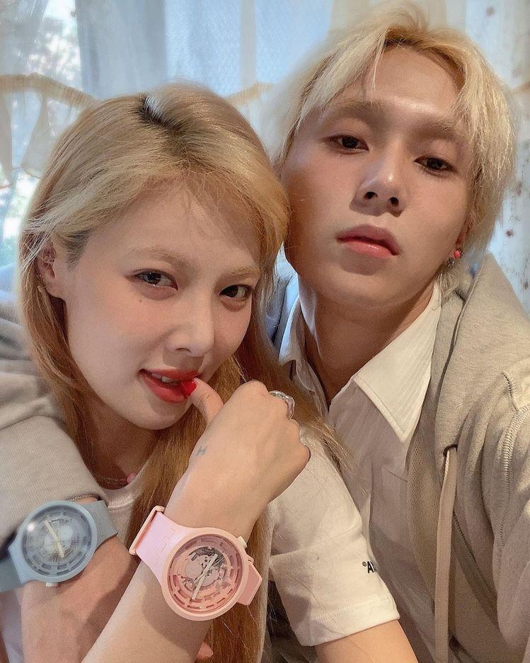 泫雅(左)和歌手男友Dawn搶先戴上SWATCH推出的生物陶瓷腕表,甜蜜曬恩愛,...