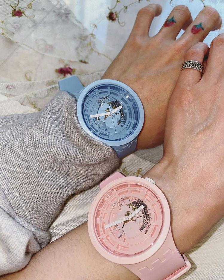 泫雅和歌手男友Dawn搶先戴上SWATCH推出的生物陶瓷腕表,甜蜜曬恩愛。圖/摘...