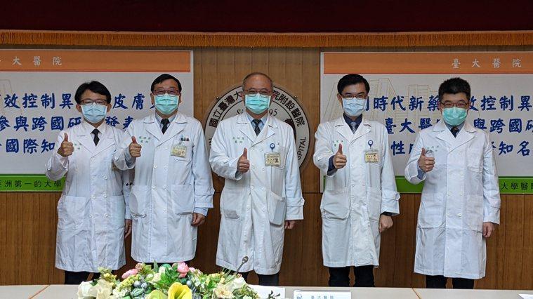 左起為台大醫院皮膚部主治醫師詹智傑、台大醫院醫學研究部主任楊偉勛、台大醫院院長吳...