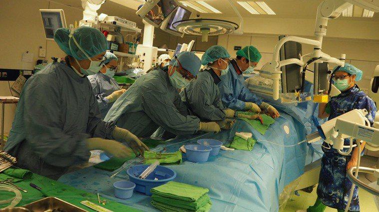解決老人家主動脈瓣膜狹窄二度發生,北榮透過「瓣中瓣」手術降低年長患者再置換風險。...