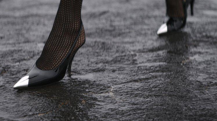 金屬拼接尖頭鞋新打造了腳踝拉帶款式,性感俐落。圖/Saint Laurent提供
