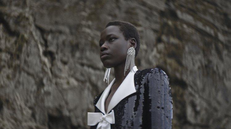 華麗的珠寶耳環、項鍊等,也為本系列增添了精緻奢華的氣場。圖/Saint Laur...