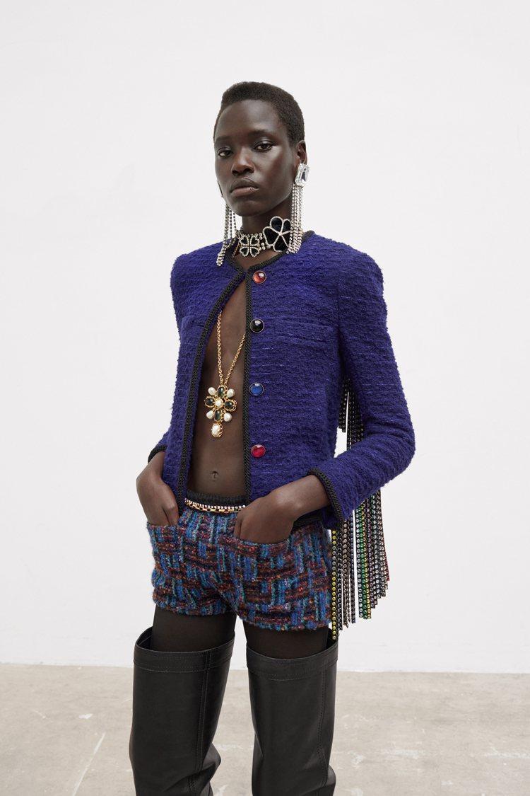 鮮明的配色相當奪目,寶藍、桃紅、深紫色等宛如寶石般的色調讓西裝、毛呢外套更顯精緻...