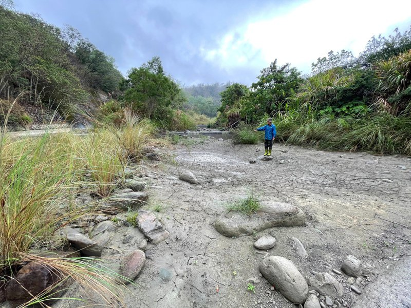 台南楠西區密枝里溪水乾枯,當地芒果園苦無灌溉水源。圖/江俊毅提供