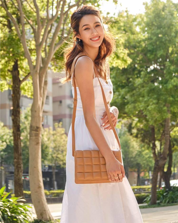 Angelina演繹H&M初夏系列洋裝999元。圖/H&M提供
