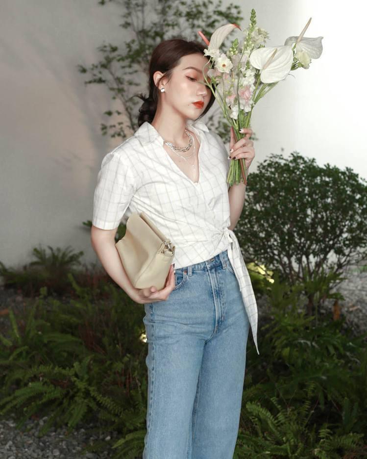 Cos演繹H&M初夏系列綁帶襯衫699元。圖/H&M提供