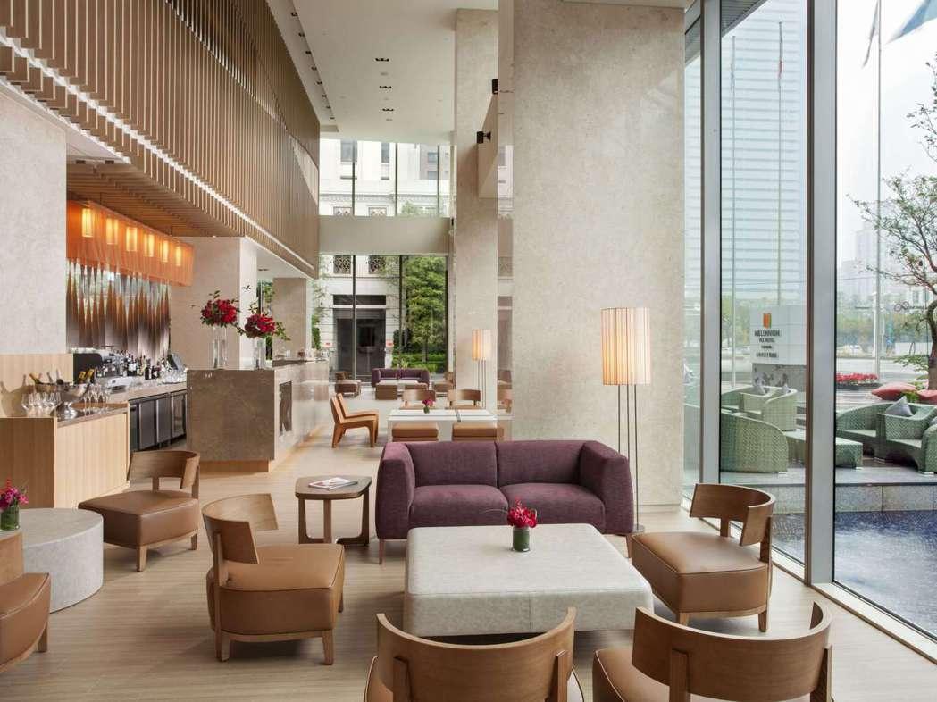 「旅覓酒吧」位於飯店大廳的位置,大片落地窗的設計方便旅人在閒聊同時欣賞美麗窗景。...