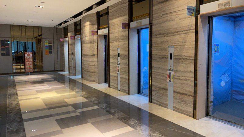 新北市新店行政園區今上午9點30分傳出電梯斷電,12人一度受困。圖/新店區公所提供