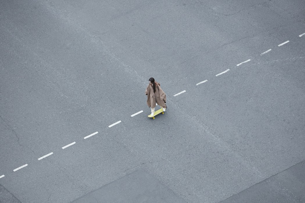 田馥甄清晨在封街的西門街頭重拾久違的滑板情懷。圖/何樂音樂提供