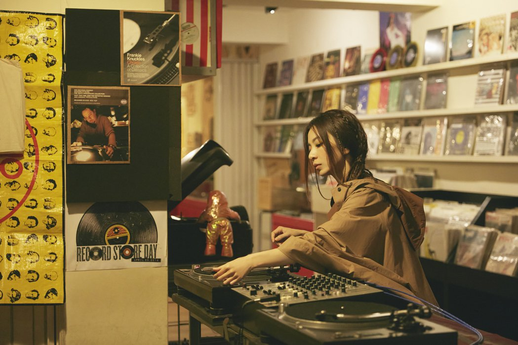 田馥甄自新歌「人什麼的最麻煩了」MV中如入無人之境,更在空蕩蕩的唱片行裡起舞。圖...