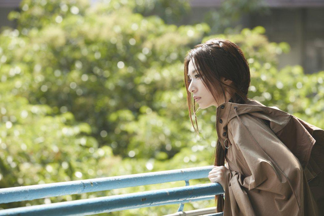 田馥甄自新歌「人什麼的最麻煩了」MV中如入無人之境。圖/何樂音樂提供