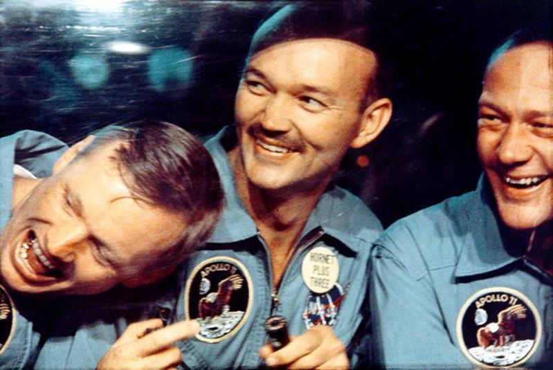 1969年7月24日,阿波羅11號三位太空人順利從月球返航後在隔離艙內接受隔離。左起為阿姆斯壯、柯林斯、艾德林。美聯社