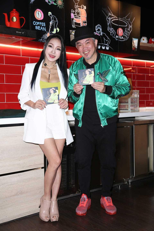康康(右)今為妞妞發片站台,談辛龍提告一事顯尷尬。圖/妞妞經紀人提供