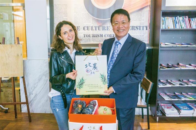 北農總經理翁震炘今日親赴文化大學,致贈台灣頂級水果給烏克蘭籍留學生奧莉品嚐。圖/台北農產公司提供
