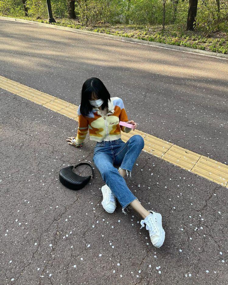 Lisa身穿HOUSE OF SUNNY針織外套、MIHARA YASUHIRO...