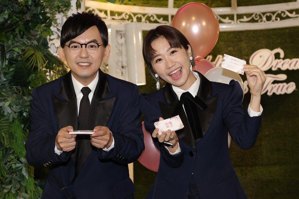 黃子佼(左)拿著婚顧董事長名片,Lulu拿執行長名片,一起為新節目造勢。記者李政...