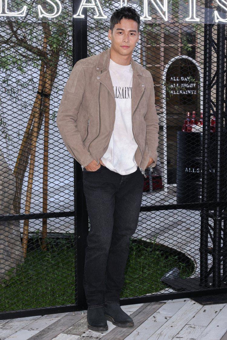 林敬倫穿著PRIORY棕色麂皮騎士皮衣22,500元、DYE LOGO印花短袖T...