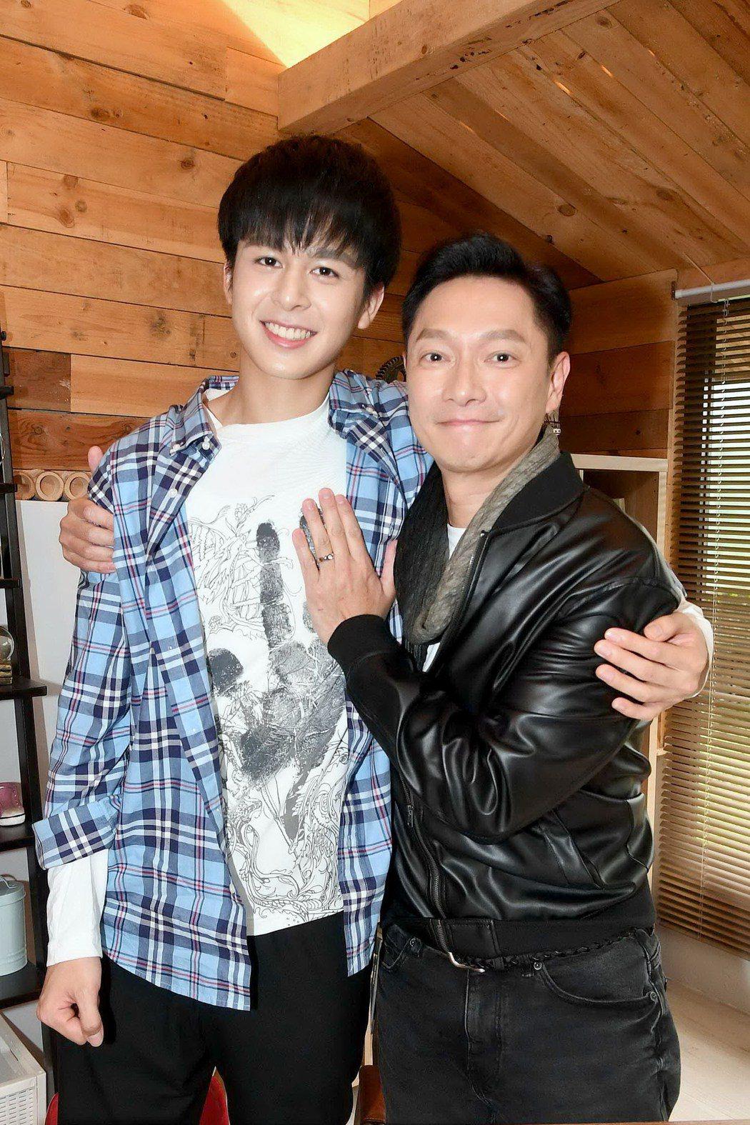 謝祖武(右)與劇中的兒子蘇韋華,開心戲裡戲外的兒子最近都考上北藝大。圖/華視提供