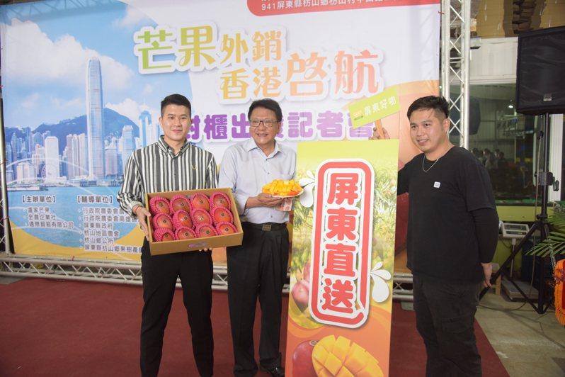 屏東縣長潘孟安(中)昨出席屏東芒果外銷香港封櫃儀式。記者劉星君/攝影