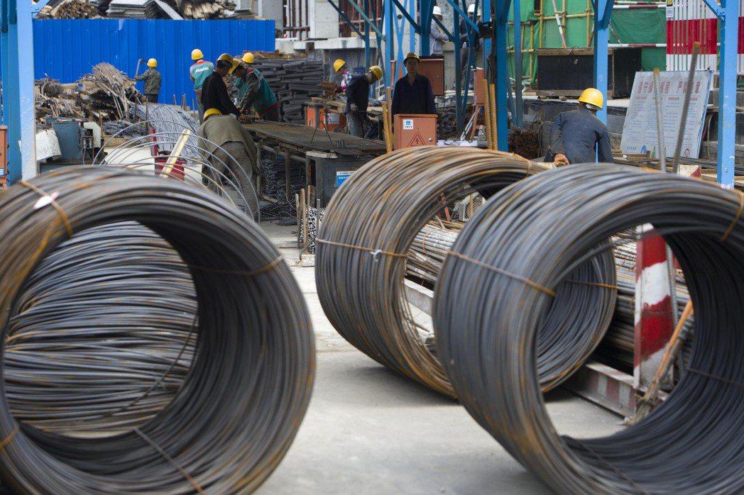 大陸自5月1日起調整部分鋼鐵產品關稅。圖為山西太原一建築工地正在加工鋼筋。(中通...