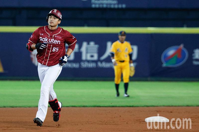 中信兄弟與樂天桃猿在台中洲際棒球場進行例行賽,樂天桃猿第5棒朱育賢1局上半擊出右外野方向全壘打,帶有3分打點。記者黃仲裕/攝影