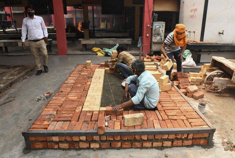 印度疫情嚴重惡化,火葬場不敷使用,旁遮普邦的阿姆利則市工人28人趕工蓋新的火化爐。(法新社)