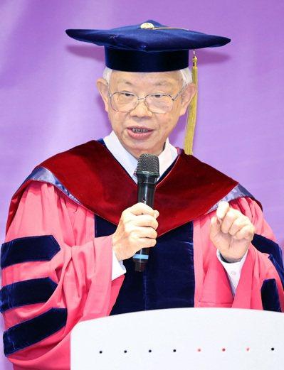 清華大學昨天頒授央行前總裁彭淮南名譽經濟學博士,表彰這位十四A總裁對台灣經濟的卓...