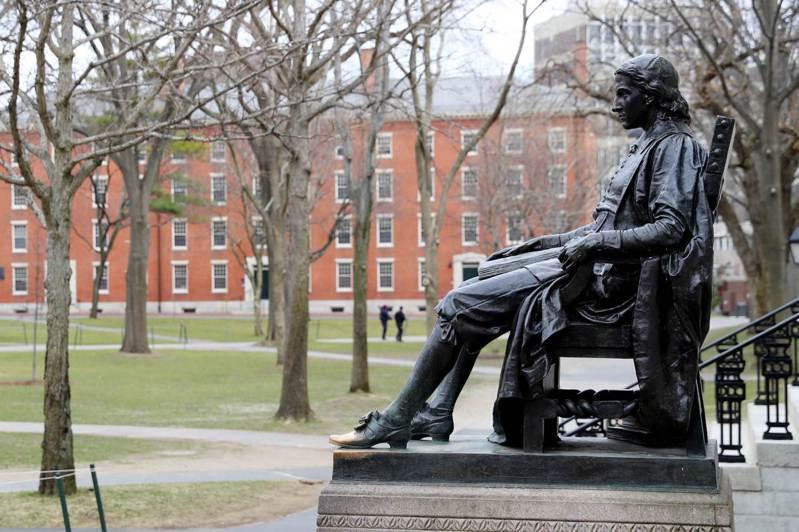 哈佛大學裡,菁英中的菁英透過「黑鑽定律」成功進軍華爾街。圖為哈佛大學創辦人約翰.哈佛的雕像。法新社
