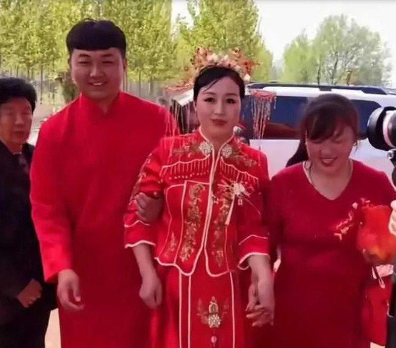 50歲女企業家與年紀只有她一半的25歲青年結婚,婆婆與新娘宛如姊妹。 圖/擷自網路影片