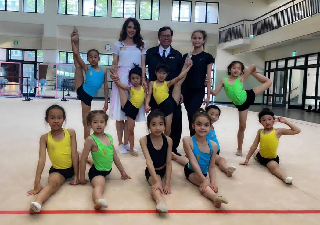 瑞莎培訓台灣韻律體操選手,市長鄭文燦還曾來參觀過。 圖/擷自瑞莎臉書