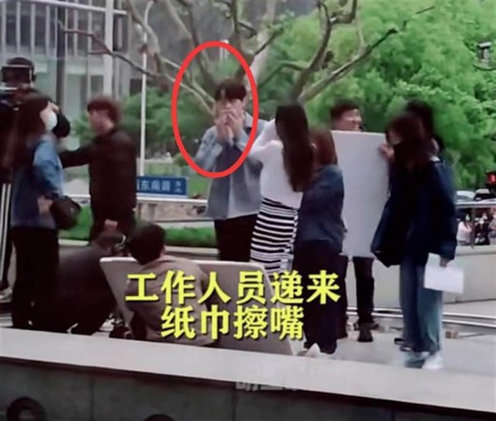 許凱與楊冪拍攝新劇「愛的二八定律」。圖/擷自微博