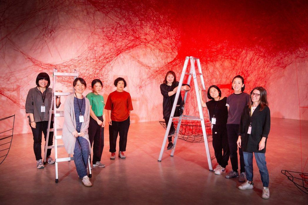 藝術家塩田千春與其團隊。 圖/台北市立美術館提供