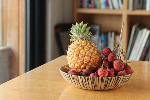 近年頗受矚目的水蜜桃鳳梨與本季新起的早熟品種「豔荔」荔枝。圖/葉怡蘭提供