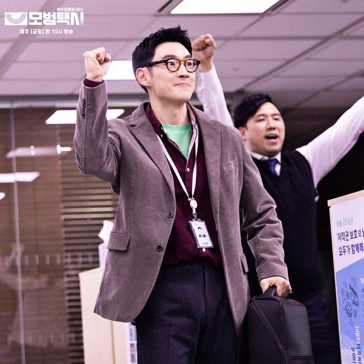 在韓劇「模範計程車」中,男主角李帝勳(前右)為幫助在職場受欺凌的員工復仇,化身海...