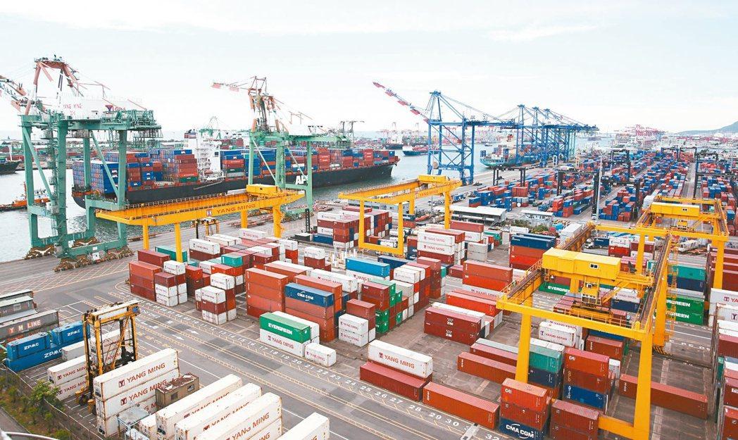 標普全球評級發布報告,考量台灣出口強勁,把台灣今年經濟成長率從4.2%上修至5....