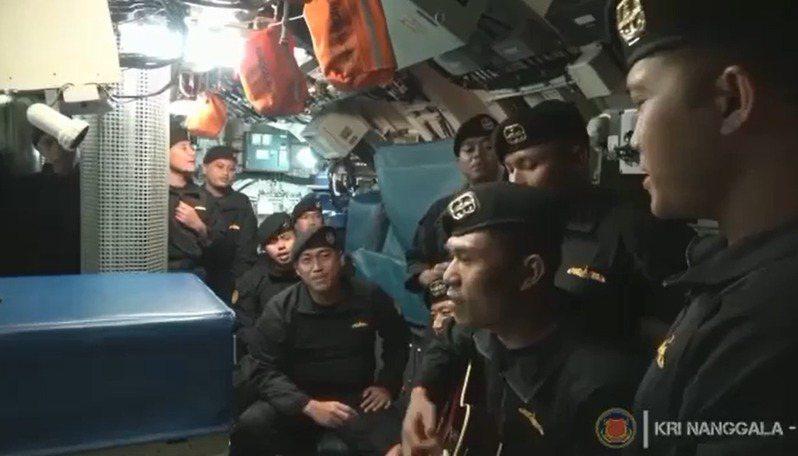 印尼海軍潛艦南伽拉號21日於峇里島附近海域失聯,印尼海軍25日表示已找到該潛艦,但艦上53名軍官已全數罹難,無人生還,近日一段令人心碎的影片曝光,只見影片中南伽拉號的官兵生前聚在一起合唱一首叫「再見」的印尼歌曲,相當感傷。截自IG